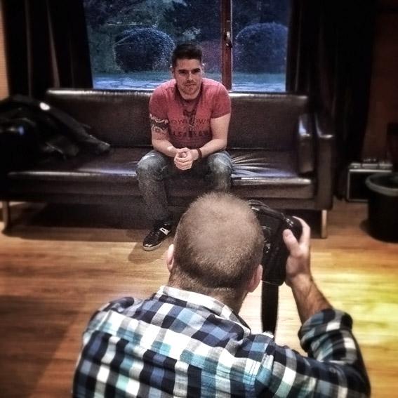 Fotos de Toni Amboaje en el estudio de grabación